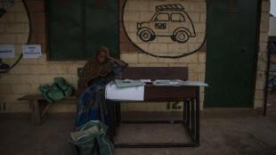 Une femme se repose après la fermeture des bureaux de vote au Nigéria