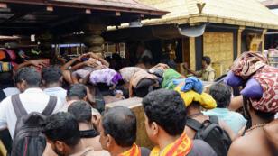 Des hindouistes se pressent au temple dédié au dieu Ayyappa, à Sabarimala, dans l'État de Kerala, le 18 octobre 2018.