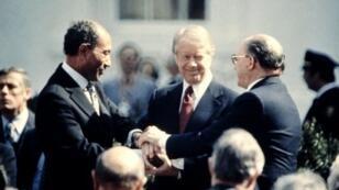 الرئيس الأمريكي جيمي كارتر مع الرئيس المصري أنور السادات (يسار) ورئيس الوزراء الإسرائيلي بنيامين نتانياهو (يمين) في مراسم توقيع معاهدة السلام بين إسرائيل ومصر - 26 مارس/آذار 1979
