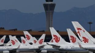 Unos aviones de la compañía Air China, aparcados en el aeropuerto de la capital de Pekín el 27 de marzo de 2020