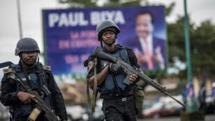 Des gendarmes patrouillent dans la ville de Buéa (sud-ouest du Cameroun), le 3octobre2018.