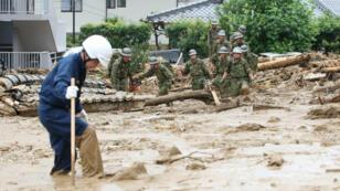 Secouristes et soldats à la recherche de survivants à Hiroshima, le 20 août.