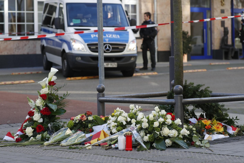 Une voiture de police allemande est stationnée derrière le mémorial improvisé pour les victimes de la fusillade de Hanau, près de Francfort-sur-le-Main, le 21 février 2020.