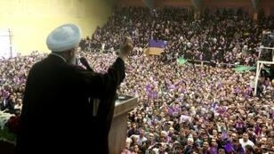 لرئيس الإيراني محمد روحاني خلال حملة انتخابية في مدينة اردبيل بشمال غرب إيران، الأربعاء 17 أيار/مايو 2017