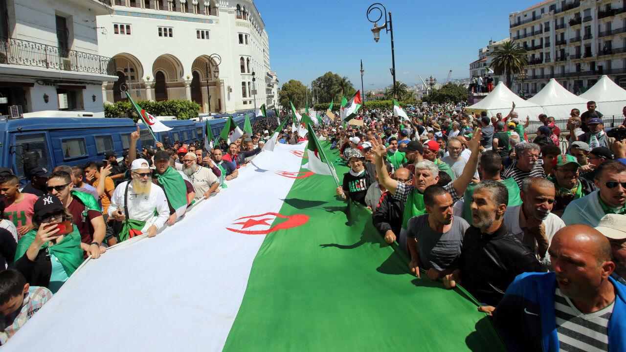 Imágenes de archivo-Cientos de personas se toman las calles en Argelia, para exigir un nuevo gobierno, el 31 de mayo de 2019.