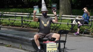 Kyler James, que tira el tarot, en Washington Square Park en Nueva York el 9 de junio