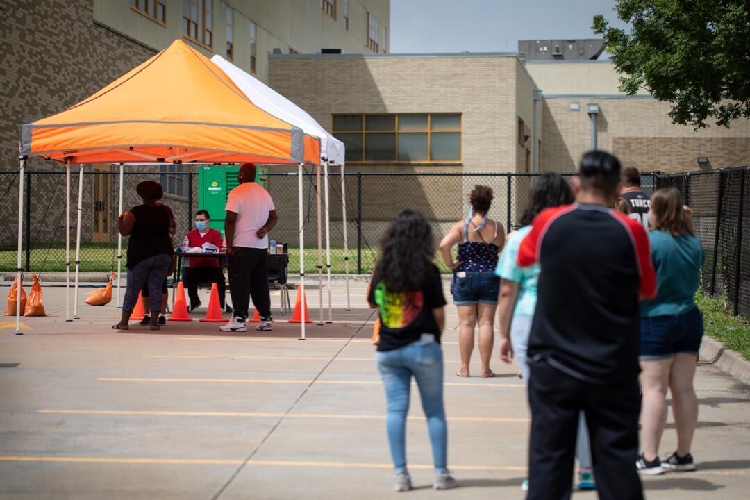 Varios ciudadanos esperan ante un sitio de prueba Covid-19 en la Escuela Secundaria A + Academy el 27 de junio de 2020 en Dallas, Texas, Estados Unidos.
