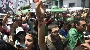 Manifestantes argelinos gritan consignas cuando participan en una protesta en la capital, Argel, el 2 de julio de 2019.