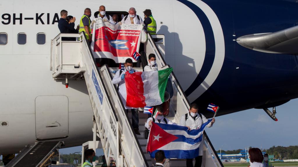 Médicos cubanos aterrizan en un avión en La Habana, después de haber estado ayudando a Italia a combatir el Covid-19.