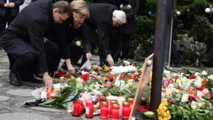 المستشارة الألمانية أنغيلا ميركل تضع الزهور أمام موقع سقوط ضحايا الهجوم الإرهابي