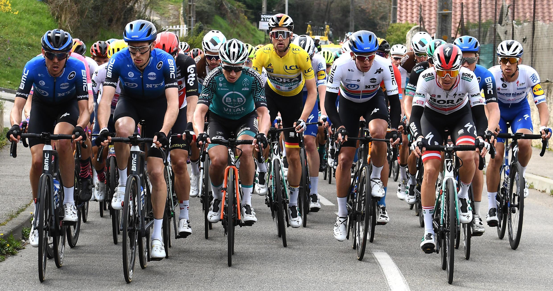 Ciclistas participan en una etapa de la carrera Paris - Niza este 20 de marzo de 2020.