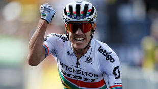 El ciclista del Mitchelton-Scott, el sudafricano Darel Impey, cruza la meta en el sprint final que protagonizó junto al belga Tiesj Benoot y consigue el triunfo en la novena etapa del Tour, en Brioude, Francia, el 14 de julio de 2019.