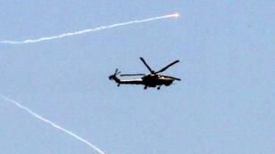 Un hélicoptère de combat de l'armée irakienne survolant Mossoul, le 30 mai 2017.