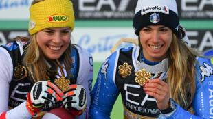 L'Autrichienne Katharina Liensberger (g), sacrée championne du monde en parallèle individuel, à égalité avec l'Italienne Marta Bassino, lors des Championnats du monde, le 16 février 2021 à Cortina d'Ampezzo (Italie)
