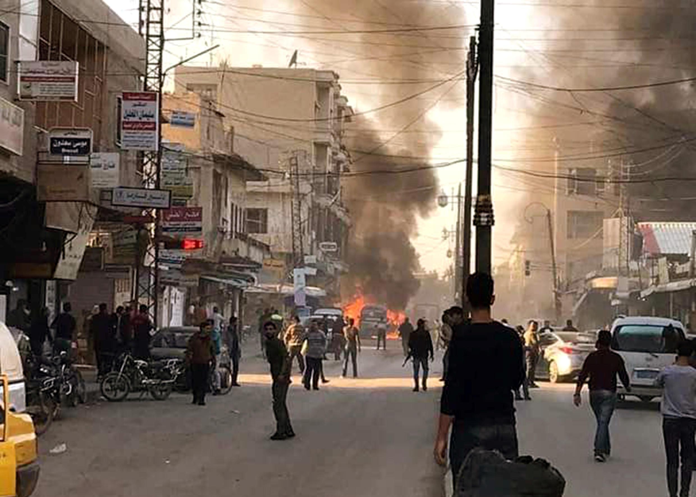 أشخاص يتجمعون في موقع انفجار قنبلة في القامشلي، سوريا حسب بيان أصدرته وكالة سانا في 11 نوفمبر 2019.