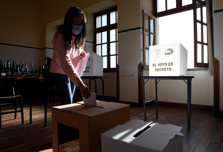 Una mujer emite su voto en un colegio electoral durante las elecciones presidenciales, en Quito, Ecuador, el 7 de febrero de 2021.