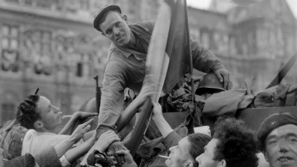 Un soldat de la division Leclerc est acclamé par la foule sur la place de l'Hôtel de Ville, à Paris.