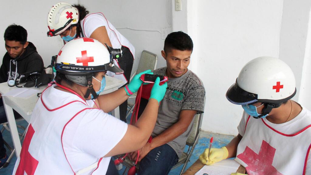 Paramédicos de la Cruz Roja verifican el estado de salud de los migrantes de Guatemala detenidos en Agua Dulce en el  estado de Veracruz, México, 9 de febrero de 2018.