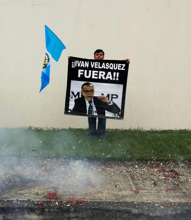 Un manifestante sostiene un cartel mientras protesta en apoyo del presidente guatemalteco Jimmy Morales y su decisión de no renovar el mandato de la Comisión Internacional Contra la Impunidad en Guatemala.