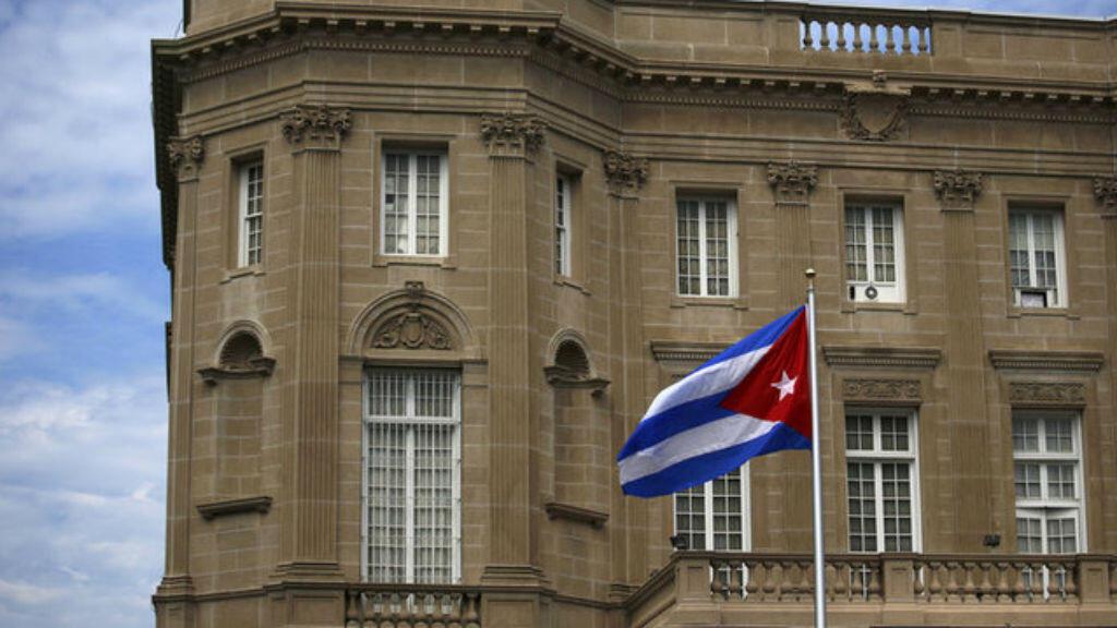 La bandera nacional de Cuba ondea en su embajada en Washington, EE.UU. 20/07/2015