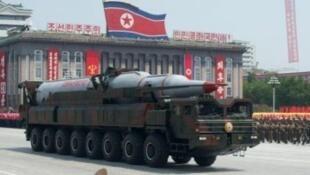 صاروخ بالستي كوري شمالي خلال عرض عسكري في الذكرى 60 للحرب الكورية 2013