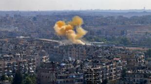 Le 20 octobre : de la fumée s'élève d'une zone d'Alep censée faire partie d'un corridor humanitaire décidé par Moscou.