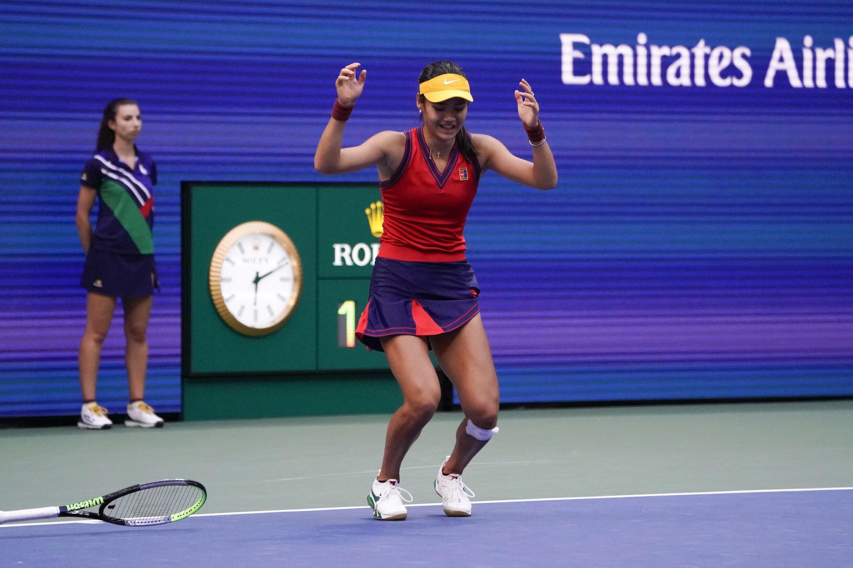 Emma Raducanu arroja su raqueta tras ganar la final del Abierto de Estados Unidos ante Leylah Fernández.