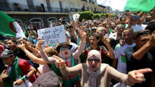Des manifestants pendant un rassemblement contre le régime algérien, à Alger, le 28 juin 2019.