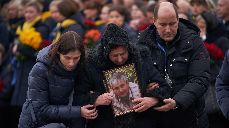 Personas cercanas a una de las víctimas se lamentan a la llegada de los ataúdes a Ucrania. Boryspil, Ucrania, 19 de enero de 2020.