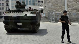 Un soldat turc, près de la place Taksim, à Istanbul, le 17 juillet 2016.