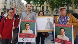 Des manifestants brandissent des portraits du Tuna Altinel, un mathématicien turc en poste à Lyon-I.