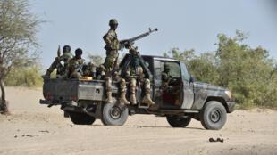 Les soldats nigérians patrouillent dans le nord-est du pays pour débusquer les islamistes de Boko Haram, en mars 2016.