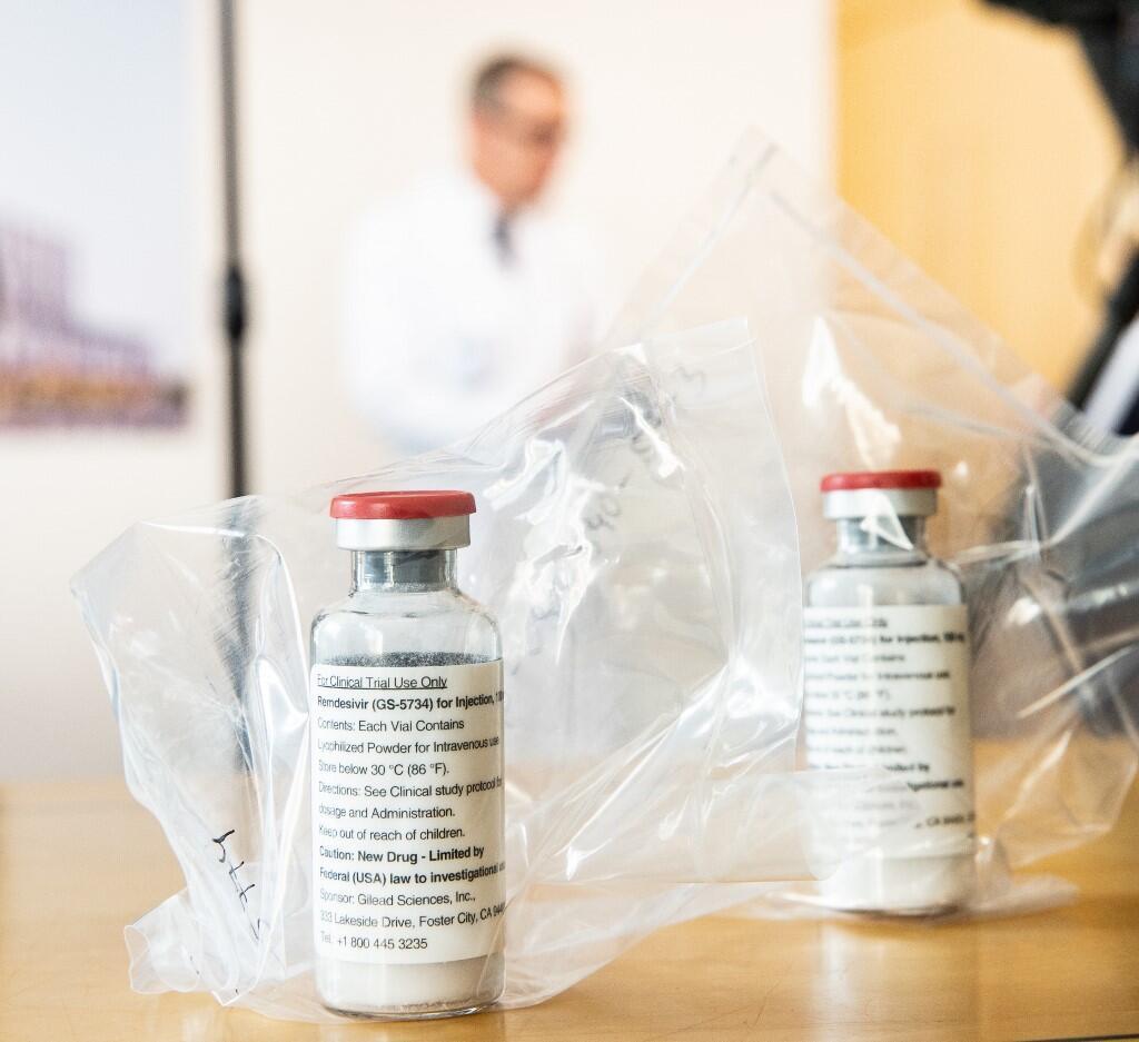 أكياس تحوي عبوات من دواء ريميدسيفير عرضت أثناء مؤتمر صحفي عقد في مدينة هامبورغ بألمانيا في 8 أبريل/نيسان 2020.