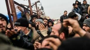نازحون سوريون عند معبر باب السلامة الحدودي مع تركيا في 6 شباط/فبراير 2016
