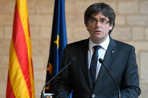 رئيس برشلونة الانفصالي كارلس بيغديمونت يتراجع عن الدعوة للانتخابات في خطاب في مقر الحكومة الكاتالونية في 26 تشرين الأول/أكتوبر 2017.