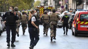 عسكريون فرنسيون يهرعون إلى مكان الهجوم قرب مقر مجلة شارلي إيبدو السابق في 25 أيلول/سبتمبر 2020