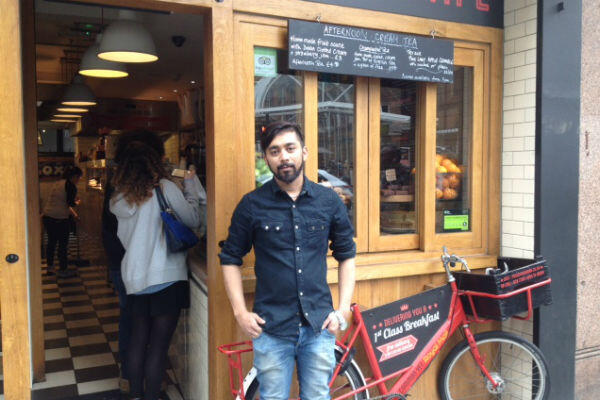 """Adel, 25 ans, est responsable d'une équipe de dix employés sous """"contrat zéro heure"""", dans un bar du centre de Londres, au cœur de la City."""