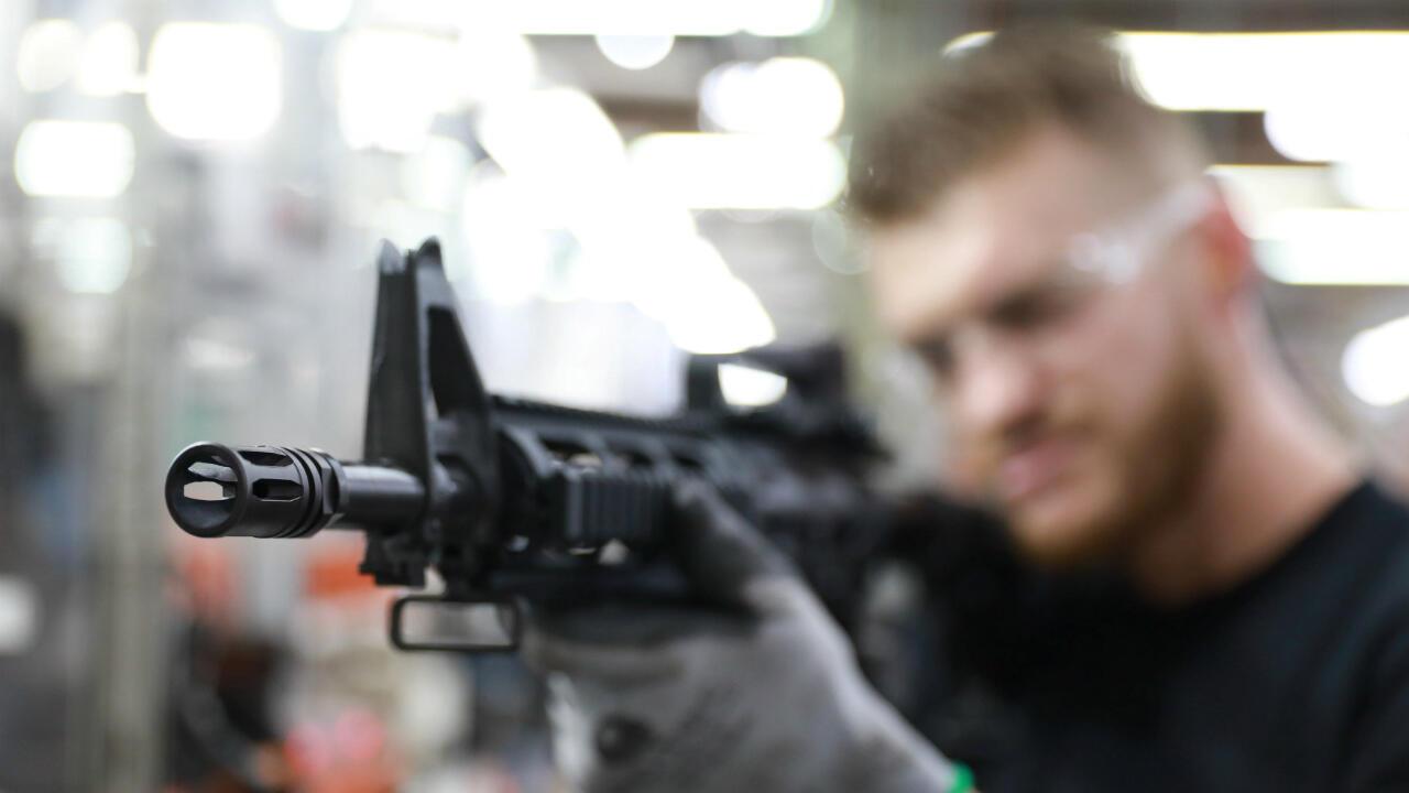 Un empleado del fabricante de armas Taurus Armas SA trabaja en la línea de ensamblaje de la compañía en Sao Leopoldo, Brasil , el 15 de enero de 2019.