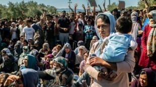 Les migrants participent à une manifestation contre leurs conditions de vie dans le camp de la Moria sur l'île de Lesbos, le 1er octobre 2019.