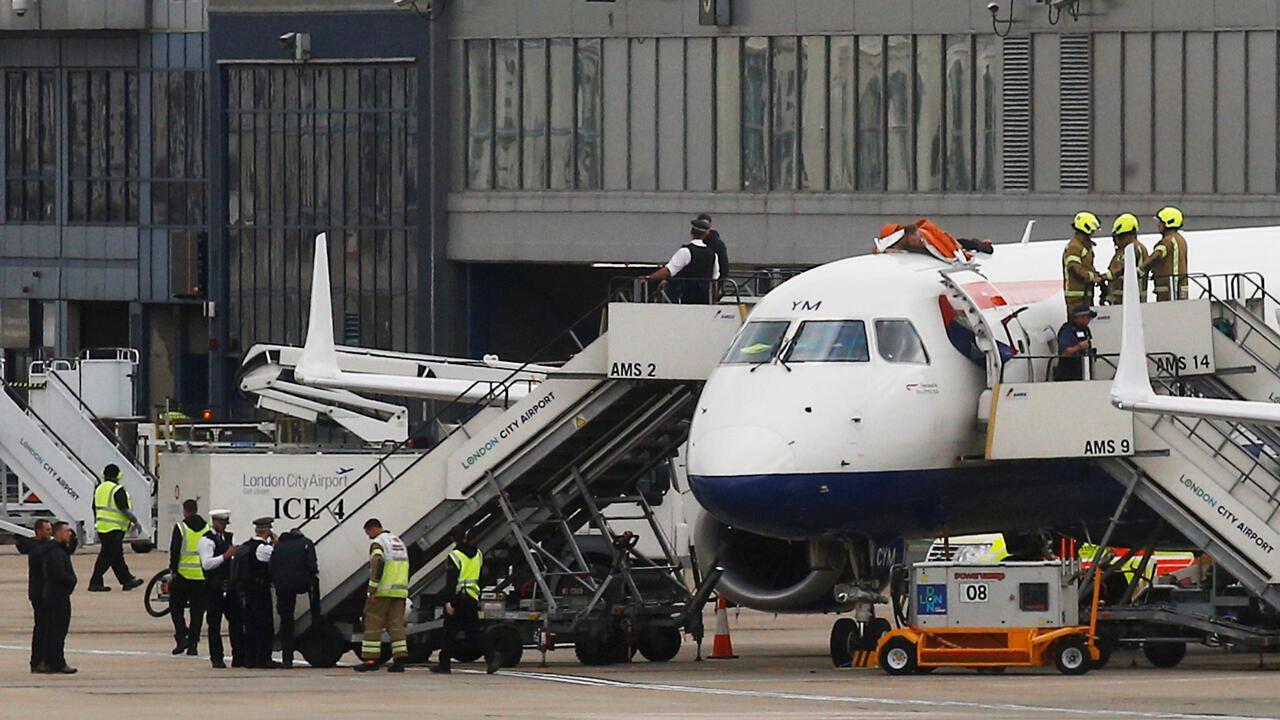 Un miembro del movimiento ecologista Extinction Rebellion se sube a un avión durante la jornada de protesta en Londres, el 10 de octubre de 2019.