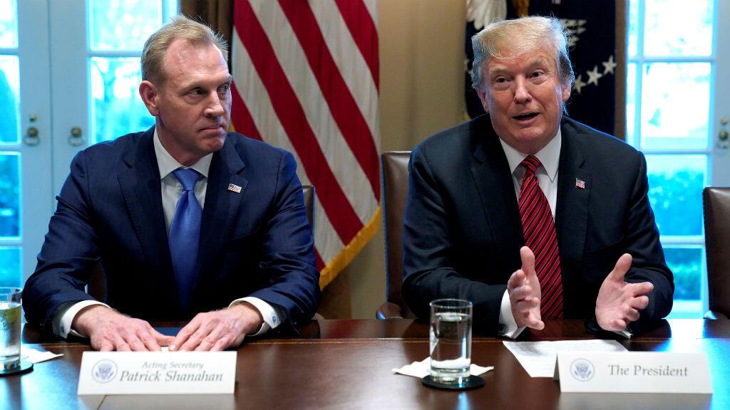 El secretario interino de Defensa, Patrick Shanahan escucha al presidente de los Estados Unidos, Donald Trump, reunirse con líderes militares de alto rango en la Casa Blanca en Washington, EE. UU., El 3 de abril de 2019.