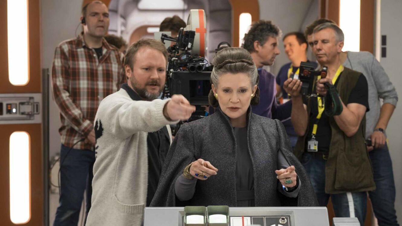 """Carrie Fisher et Rian Johnson sur le tournage de """"Star Wars - Les Derniers Jedi""""."""
