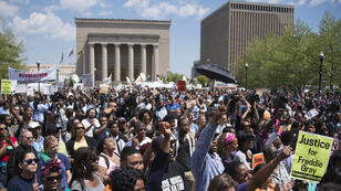 Les manifestants se sont rassemblés devant l'hôtel de ville de Baltimore, le 2 mai.