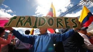 Simpatizantes del expresidente Rafael Correa protestan hoy, lunes 18 de junio del 2018, a las afueras de la Corte Nacional de Justicia, en Quito (Ecuador)