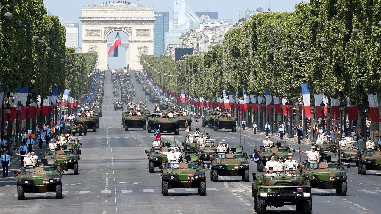 فرق عسكرية من الجيش الفرنسي خلال عرض عسكري احتفالا بالعيد الوطني بجاد الشانزليزيه، باريس، 14 يوليو تموز 2018