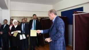 الرئيس التركي رجب طيب أردوغان في مركز اقتراع للاستفتاء على توسيع صلاحيات الرئيس  في 16 نيسان/أبريل 2017