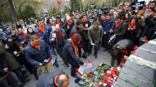 Une foule d'anonymes se recueille à Ankara en mémoire des victilmes de l'attentat du 13 mars.
