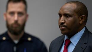 El exmilitar Bosco Ntaganda se levanta cuando los jueces ingresan a la sala de la Corte Penal Internacional (CPI) en La Haya, Países Bajos, el 7 de noviembre de 2019.