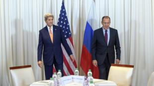 وزيرا الخارجية الأمريكي جون كيري والروسي سيرغي لافروف