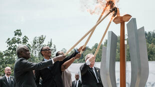 Moussa Faki, jefe de la Unión Africana, el presidente de Ruanda, Paul Kagame, su esposa Jeannette y el presidente de la Comisión Europea, Jean-Claude Juncker, encienden una llama en conmemoración de la 25 aniversario del genocidio de Ruanda. Kigali, Ruanda, el abril 7 de 2019.